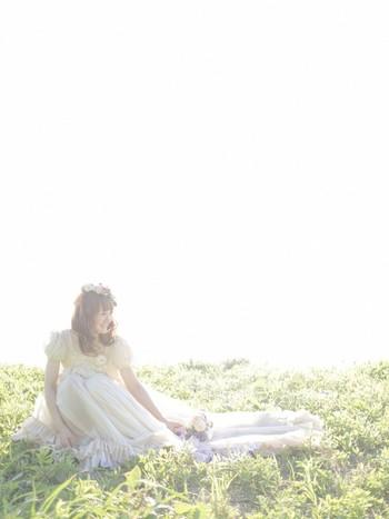 丸いパフスリーブと裾のフリルが思い切りキュートなドレス。キラキラの緑の中で楽しみたいガーデンウェディングにぴったりのドレスですね。透け感のあるショートトレーンだから、裾が長くても重たい印象にならないのも◎
