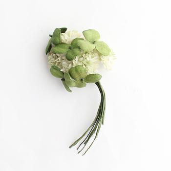 nicoで人気の染め花アクセサリー。一枚ずつの手染めによって時を重ねた風合いを表現しているのが特長です。  こちらは、白つめ草とクローバーを重ねたコサージュ。まるで摘んできた草花を束ねたようなみずみずしさが溢れる品。 存在感のあるサイズながら優しくナチュラルな雰囲気で馴染みがよく、コーデに華やかさをプラスしてくれます。