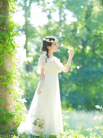 まるで妖精のようなリネン生地のドレスは、柔らかく光を反射して顔色を明るく見せてくれます。生地にハリがあるので、軽やかな印象はそのままに全体のシルエットをきれいに保ちます。ボタニカルがテーマの結婚式にもおすすめ!