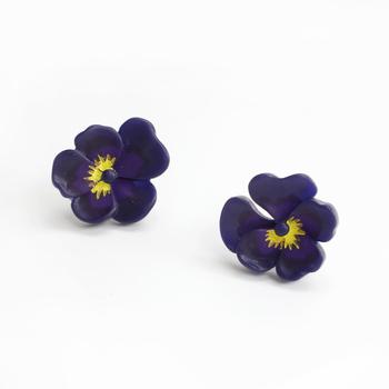 深い紫と黄色の色合いが目を引くパンジーのイヤリング。立体的につくられていて、まるで本物のお花を身につけているような気分に。  カジュアルにもシックにも決まります。ひとつひとつ風合いが違うのもハンドメイドならでは。