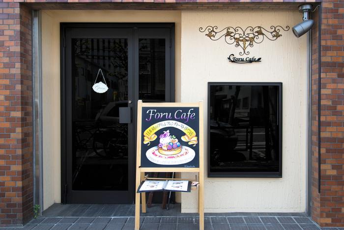 「フォルカフェ」は、東西線早稲田駅から徒歩5分ほどのところにあり、イーゼルに描かれたフレンチトーストの絵が目印です。