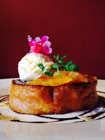他にも、写真のようにオレンジが乗ったフレンチトーストや、お砂糖を使わないお食事系のフレンチトーストなどのメニューも豊富。