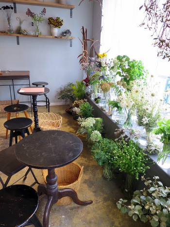 ナチュラルアンティーク風の店内には、センスの良いお花がたくさんディスプレイされています。窓からの陽射しが降り注ぐ明るい雰囲気です。