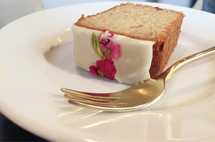 エディブルフラワーがアクセントになったジンジャーケーキは、卵や牛乳不使用で、米粉で作られています。やさしい甘さのてんさい糖のアイシングと生姜のピリッとしたしたスパイシーな風味が絶妙です。
