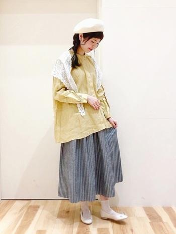 ストライプのフレアスカートは、カジュアルな中にきちんと感のあるアイテムです。ブルーグレーは、合わせるアイテムの色を選ばない万能カラー。キレイは春色ともなじんで素敵にまとめてくれます。