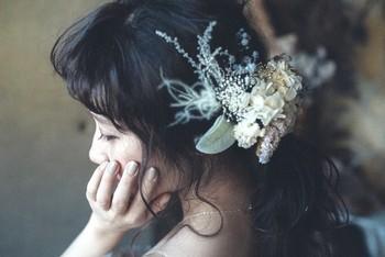 大人っぽいナチュラルウェディングを目指すなら、ボタニカルとフェザーを使ったヘッドドレスがおすすめ。野の花をざっくりまとめたようなシルエットが素敵です。カラードレスにも似合うので、2次会でも活躍してくれそう。