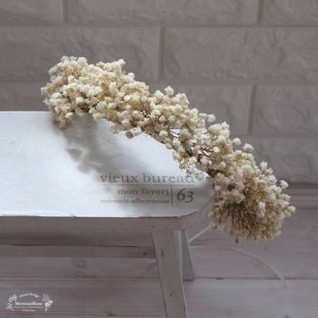 花冠に憧れはあるけど、カラフルなものは気が引ける……という方におすすめなのが、ドライフラワーのような質感のかすみ草だけで作った、大人っぽい花冠。シンプルなデザインなので、アンティークレースやリボンをあしらったヘアスタイルに合わせても素敵です。