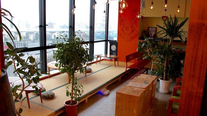 浅草駅を出てすぐのビルの6階にある「ハッピースパイスカフェ」は、駅前の賑やかさを感じない落ち着いた雰囲気のお店。窓の外には隅田川や東京スカイツリーなどが一望できます。畳のスペースの他ソファ席もあり、のんびり落ち着ける店内です。