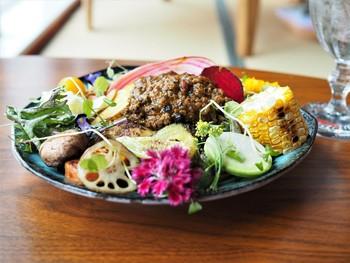 看板メニューは野菜を20種類以上も使ったキーマカレー。ごはんが見えないぐらいたっぷりの野菜とエディブルフラワーはインパクト抜群。お米やお肉、野菜、塩などの食材は全て無農薬にこだわったカレーは、素材の味がしっかりと感じられるとヘルシー志向の方からも高く評価されています。森の自然をふんだんに盛り付けたようなダイナミックさは、一度食べてみたくなりませんか?