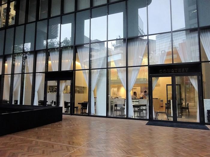 """溜池山王駅から歩いて3~4分、赤坂インターシティAIR1階にあるフレンチレストラン&ベーカリーカフェ「コーテシー」。""""アートと食の融合""""がコンセプトの、アーティストの舘鼻則孝(たてはな のりたか)氏がアート作品から建築空間までの全てを手がけたお店です。広いエントランスと大きなガラスが印象的で、オープン以来、建築やアートに関心がある方たちの間でも注目されているんですよ。"""