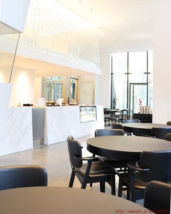 天井が高く開放感のある店内は、まるでホテルのような上質な雰囲気。朝7時から営業しているので、ここでモーニングを食べて優雅な朝をスタートするのも素敵。