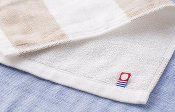 さて、ここからはおすすめのバスタオルをいくつかご紹介しましょう。上質な日本製と言えば、オリジナルのタグが目印の【今治タオル】。同じ今治産でも、様々なブランドがありますよ♪