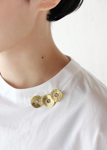 服にひとつつけるだけでパッと華やかになるブローチ。きらめくゴールドの色味が視線を集めます。3つのお花が重なったデザインはシンプルながら華があり、お呼ばれの席にもピッタリ。