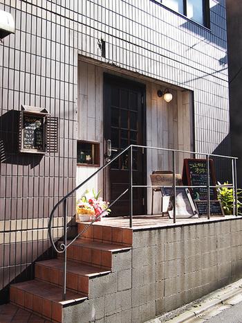 """2017年1月に奥神楽坂エリアにオープンしたばかりの、『茶店×洋食 ORihon(オリホン)』。オーナーさんのお父さんが経営していた「熊木折本所」をリノベーションした店舗です。""""折本""""が店名の由来になっているんですね♪"""