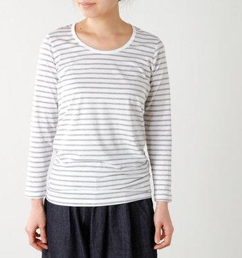 細めのグレー×ホワイトのベーシックなボーダーカットソー。丸襟が可愛らしく、どんなお洋服や年齢の人でも着こなしやすい。