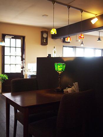 『昔ながらの喫茶店』をコンセプトに掲げており、店内はアンティーク家具で揃えられています。それゆえ、新しいお店でありながら、どこか懐かしい雰囲気♪ステンドグラスのシェードが美しい照明がたくさんあって、目を楽しませてくれますよ。