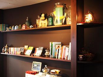 ちなみに店内の棚には、アンティーク雑貨や、オーナーさんがセレクトした本が並んでいます。本は自由に手に取ってOKですよ。