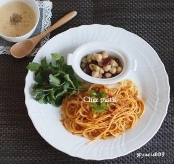 おうちにある食材を使って簡単に作れるシンプルなトマトパスタです。長ねぎを使っているので、少し和風なお味に仕上がるのも美味しいポイント。