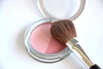 スモーキーカラーはトレンドでもあり、どんな人でも取り入れやすいカラーです。ちょっとくすんだピンクが子どもっぽくならず、いつもの自分とは少し違う大人の女性を演出することができますよ♪