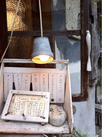 神楽坂のレトロなカフェ、いかがでしたか?オーナーさんのこだわりが詰まったお店には、神楽坂に訪れるたくさんのお客さんの思い出も刻まれています。ぜひ、お気に⼊りの⼀店を見つけて、そのような趣も楽しむ、素敵な時間を過ごしてくださいね♪
