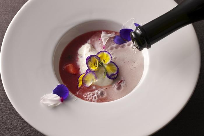 「花々のドルチェ」と名付けられたデザートも秀逸。真っ白なプレートにエディブルフラワーの花びらが優雅ですね。オードブルからドルチェまで、野菜とお花の競演を目と舌で味わうことができます。大切な方とのお食事にいかがですか?