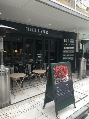 2016年にオープンした「フランツアンドエヴァンスロンドン」は、表参道の駅から徒歩約3分ほどのところにあります。海外のカフェみたい!と思うのもそのはず、こちらはイギリスのイーストロンドン界隈で今もっとも注目を集めているカフェレストランの日本1号店なんです。