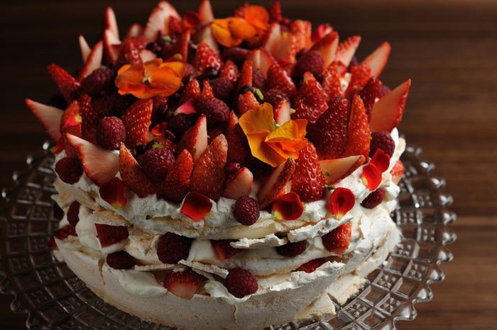 人気の「パブロバ」は、ふわふわのマシュマロのようなメレンゲでホイップとベリーをサンドして仕上げたロンドンでも大人気のケーキ。真っ赤ないちごとベリーの間に散らしたエディブルフラワーが華やかさをアップしています。ゴージャスなケーキは、思わず食べてみたくなりますよね。
