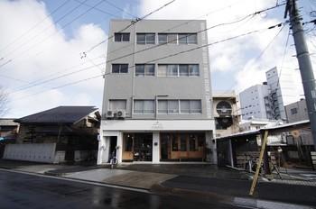 グレーのスキッとした建物と、右側から入る部分もあります。グレーの建物1階の「ハチカフェ」で、タルトやサンドイッチをテイクアウトして、右側のエイトタウンの2階カフェスペースで食べることも出来ますよ。