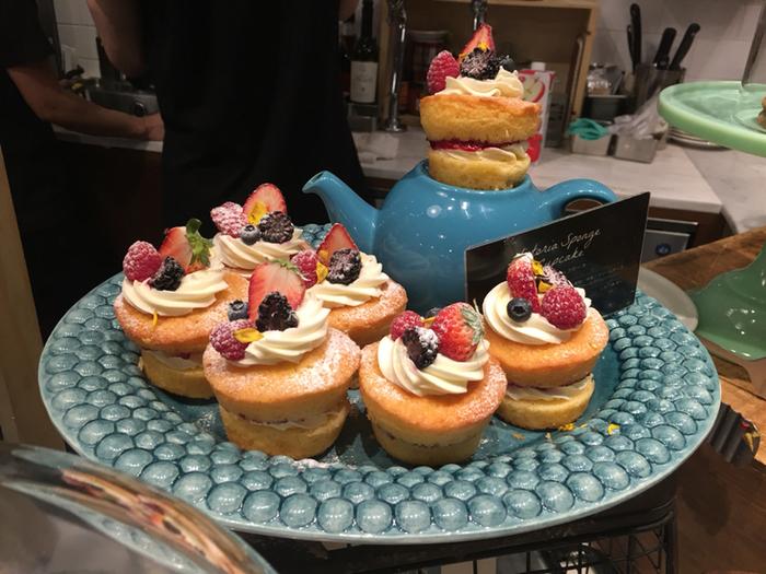 こちらは「ヴィクトリアカップケーキ」。クリームをスポンジでサンドして、フルーツとエディブルフラワーをトッピング。ポットの上にもケーキが乗っているのが何ともキュートで、おとぎの国に迷い込んだようなワクワク感があります。スイーツの他のデリメニューも充実しているので、ランチにもおすすめ。独創的なメニューが味わえます♪