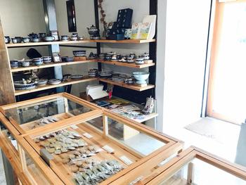 店内では、可愛らしいポーランド陶器や、焼き菓子なども販売しています。