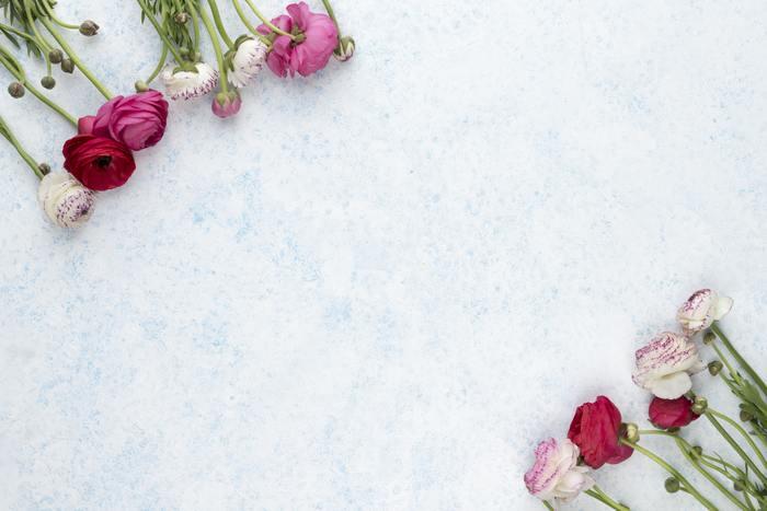 「切り花」はすぐ枯れるというイメージがありますが、しっかりと水を替え手間をかけることで長く美しい姿を楽しむことができます。放っておくとくったりしてきたり、水をあげるとシャキッとするなど、人と同じく植物も生きているという事を感じさせてくれます。