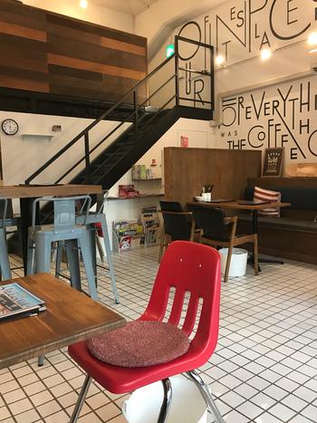 こちらも高架下にあるカフェダイニング「WitCAFE (ウィットカフェ)」。アメリカンカジュアルなインテリアは、「鶴舞のローカルファミリーレストラン」がコンセプトだかれでしょうか。