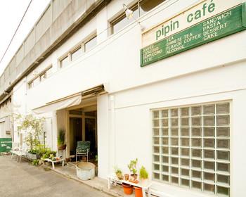外国のインテリア雑誌に出て来そうな外観ですね。JRの高架下にあるペット同伴可能な「ピピン カフェ(pipin cafe)」です。
