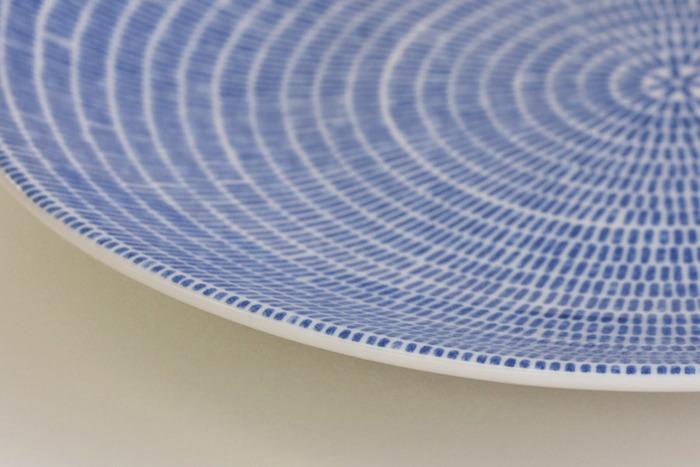 「アベック」が日本の食卓に映える理由。それは、畳にも似た繊細な模様と和食器の染付にも通じる色合いではないでしょうか。北欧デザインながら、お寿司や和食の盛り付けにもぴったりです。いつもの和食を少しずつ盛り付けて、和風ワンプレートにしても楽しめそうですね。
