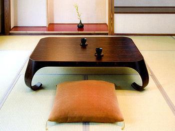 脚部分の独特の曲がりは、座卓上で飲み物をこぼしても畳に流れるのを防ぐ「水返し」の役割もあったのだとか。 ▷剣持座卓
