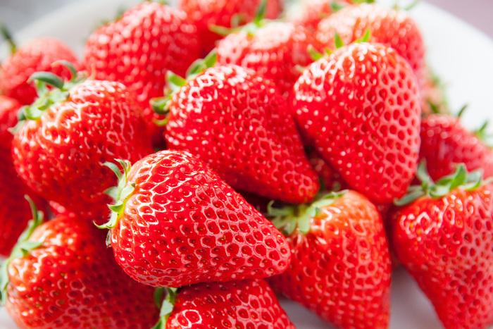 表面のつぶつぶ食感とともに、甘酸っぱくてジューシーな果肉が美味しい「イチゴ」。春を告げる果物としても知られており、2月くらいから、身近なスーパーでパック詰めをよく目にするようになりました♪ この時期ならではの春の味覚、お家で美味しく味わいませんか*