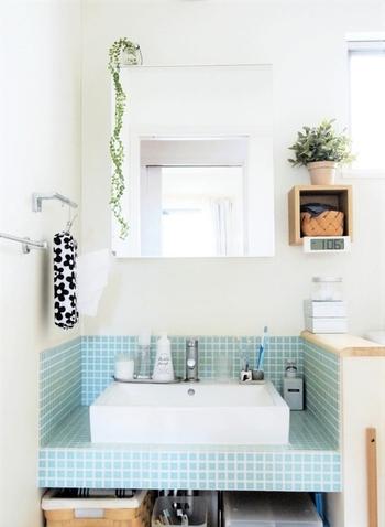 洗面台のミラーは手垢や皮脂汚れの宝庫。  特に、ミラーが収納棚の前板になっている場合はなおさらですね。  皮脂汚れなどが気になる場合は、セスキ炭酸ソーダスプレーを吹きかけて雑巾などで拭き掃除しておくとすっきりピカピカに。  洗面台にもセスキ炭酸ソーダスプレーがあると良さそうですね♪