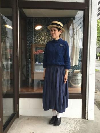さらりとした生地感のフレアスカートは、ボリュームが抑えられるのでどんなトップスとも相性◎ 同じ質感のシャツでテイストをまとめた上品なスタイルに。カンカン帽をあわせて、思わず春のお散歩に出かけたくなるコーデです♪
