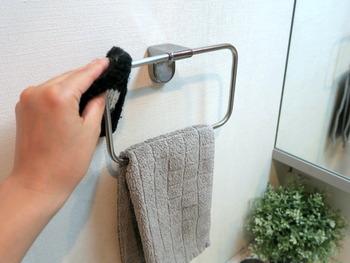 ウイルス感染が気になる時期は、除菌スプレーをアクリルたわしに染み込ませて洗面台周りをきれいに拭くのも良いですね。