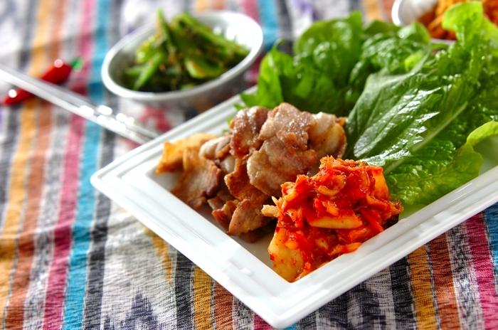 豚バラ肉を大葉やサンチュで包んでいただきます。食べごたえがあるけど野菜たっぷりで体に優しい、女性に人気のメニューです。