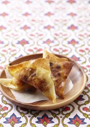 サモサはインドの屋台などでよく食べられる軽食です。サクサク食感と、カレー風味のホクホクじゃがいもが後を引く美味しさ。レシピでは春巻きの皮を使っていますが、餃子の皮でもOKです。