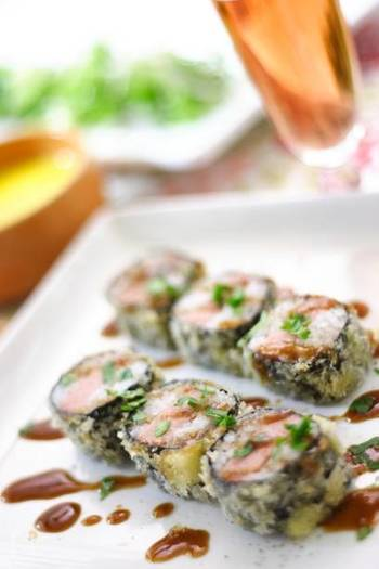 ハワイアンメニューのスパムおむすび。ひと口サイズに切ってさっくり揚げると、また新しい美味しさが生まれます。