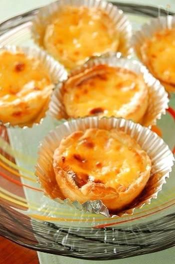 ポルトガルの郷土菓子エッグタルト。たまごの優しい甘さが口の中に広がり、ホッとする味わいです。冷凍パイシートを使うから、失敗知らずで出来ますよ。
