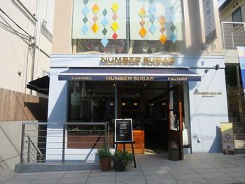 地下鉄の明治神宮前駅から歩いて5分ほどのところにある「ナンバーシュガー」は、キャラメル専門店として2013年のオープン以来注目されているお店なんです。