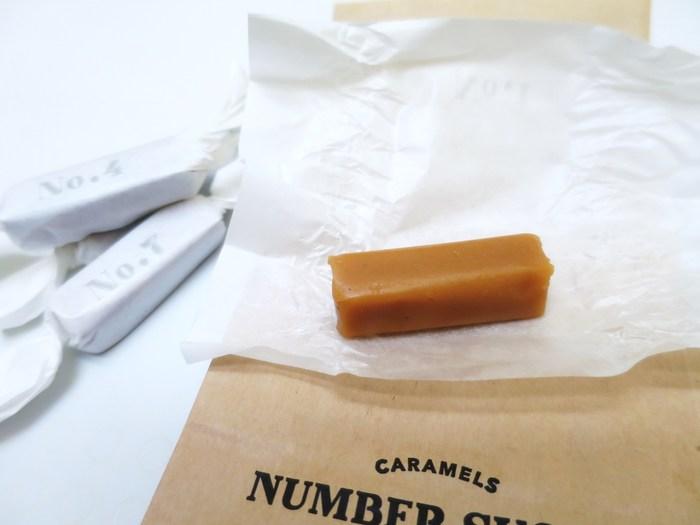 白い包み紙に「No」と書かれたシンプルなパッケージ。キャラメルのフレーバーごとにNo.1~No.8まで番号が書かれています。たとえば、「No.1」はバニラ味、「No.7」はアーモンド。フレーバーによって微妙にキャラメルの色も違うんです。