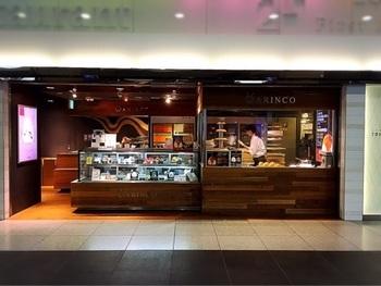 東京駅の一番街で注目されているお店「アリンコ」は、行列のできるロールケーキ専門店。全国4カ所の直営店の他、空港やサービスエリアに店舗があります。各店舗合わせて、20種類以上のロールケーキが販売されていますが、実は全ての種類を1つのお店で購入することができないんです…。
