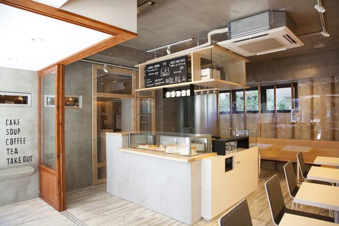 通りに面した開放感溢れるセミオープンの店内。イートインスペースでは、スープランチなどの食事も楽しめます。
