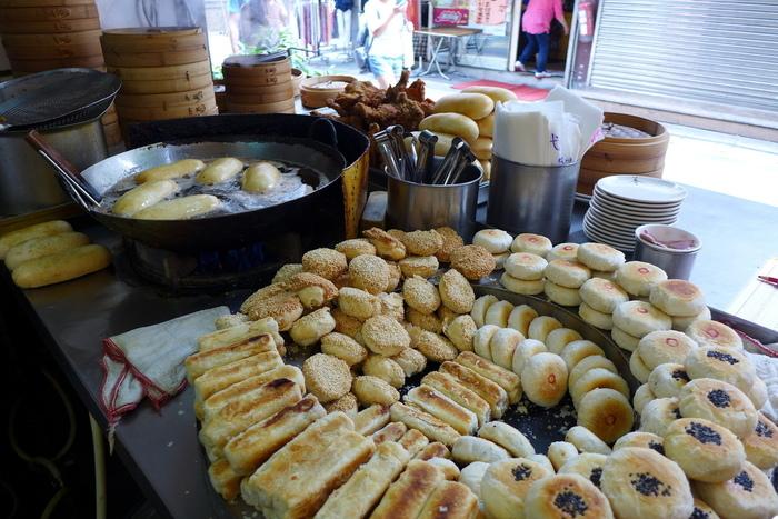 1階の調理場には、たくさんの酥餅(スーピン)がずらり。外はパリパリ、中はモチモチの食感にやみつきになる飲茶です。1個20元(約70円)というお手頃価格とその美味しさから、地元ファンも多いんだそう。