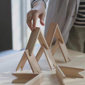 この特徴的なシンプルな山形の積み木は、建築家隈研吾さんのデザインによるもので、自由な感性でさまざまなオブジェを生み出すことができます。
