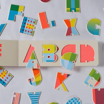 文字だけでもとても可愛いので、作った単語を壁に貼ったり、インテリアとして大人も子どもも一緒に楽しめそうな知育絵本です。